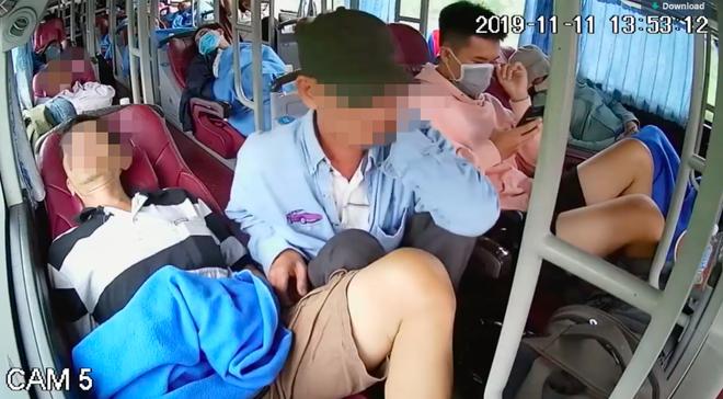 Ngủ say trên xe khách, người đàn ông không hề biết đến bàn tay xấu xí của vị khách bên cạnh - Ảnh 1.