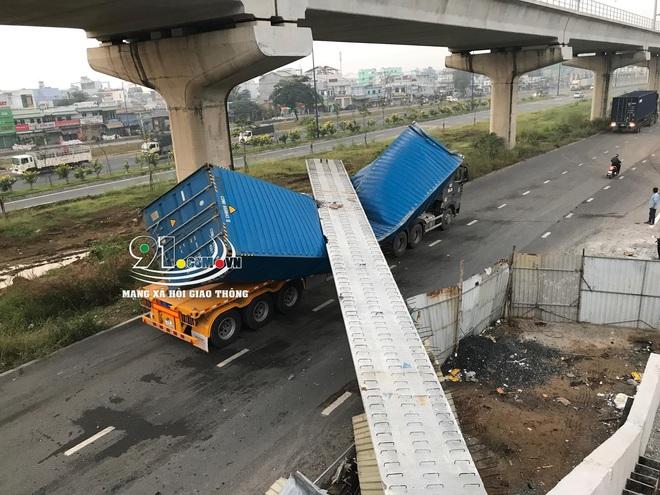 Hiện trường xe container va và kéo sập dầm bê tông cầu bộ hành  - Ảnh 5.