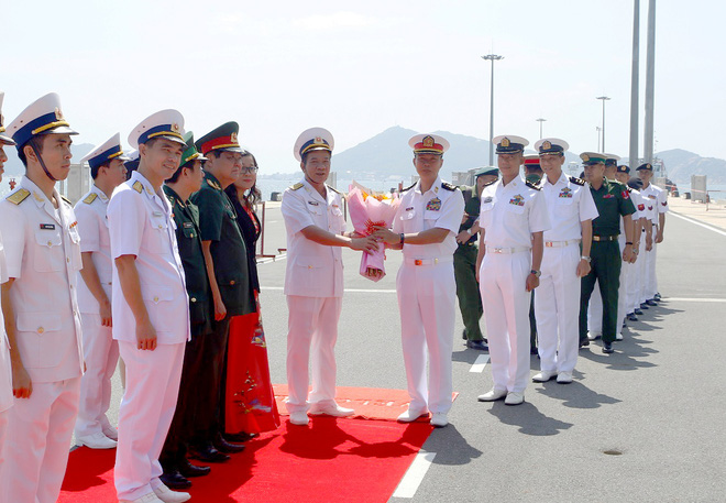 Tàu Hải quân Myanmar cập cảng Quốc tế Cam Ranh thăm Việt Nam - Ảnh 1.