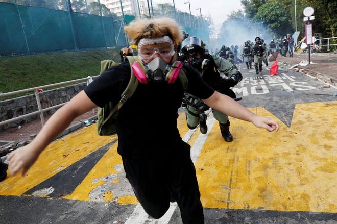 24h qua ảnh: Cảnh sát phun vòi rồng thổi bay người biểu tình - Ảnh 5.