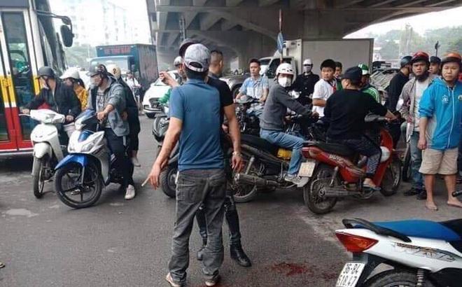 Hà Nội: Nam thanh niên cầm dao truy sát 2 cô gái, 1 người nằm bất động trên đường