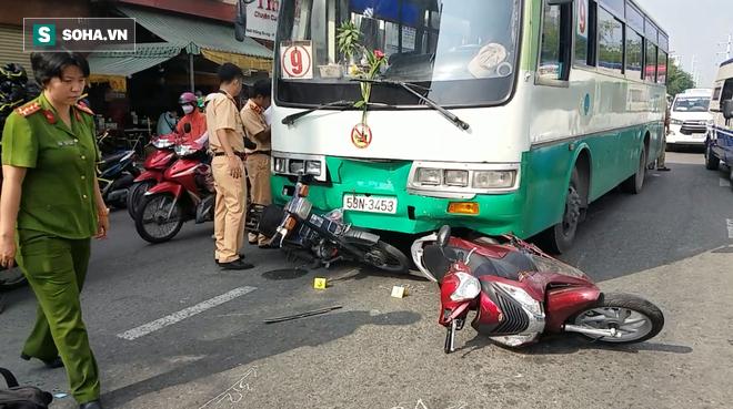 Xe buýt mất phanh cuốn hơn 10 xe máy đang dừng chờ đèn đỏ ở Sài Gòn - Ảnh 1.