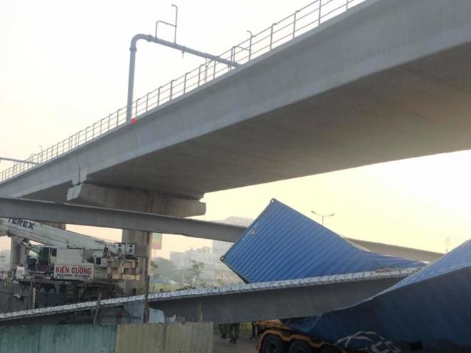 Hiện trường xe container va và kéo sập dầm bê tông cầu bộ hành  - Ảnh 2.