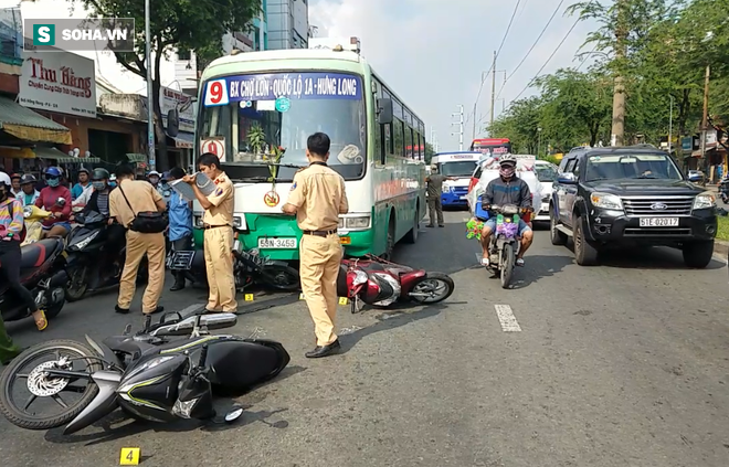 Xe buýt mất phanh cuốn hơn 10 xe máy đang dừng chờ đèn đỏ ở Sài Gòn - Ảnh 2.