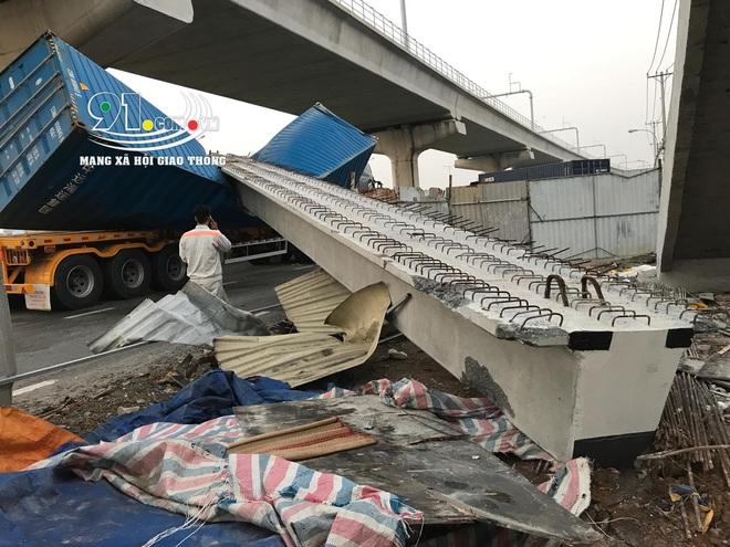 Hiện trường xe container va và kéo sập dầm bê tông cầu bộ hành  - Ảnh 4.