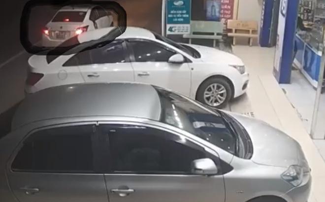 [Clip] Nam thanh niên đi xe ô tô 4 chỗ vờ hỏi mua điện thoại rồi cướp 3 chiếc iPhone 7Plus