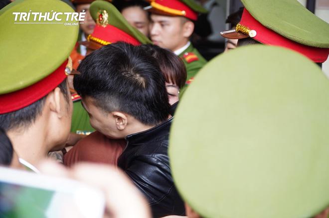 Sau khi lĩnh án, Khá bảnh xin ôm mẹ một cái rồi chào người thân - Ảnh 6.