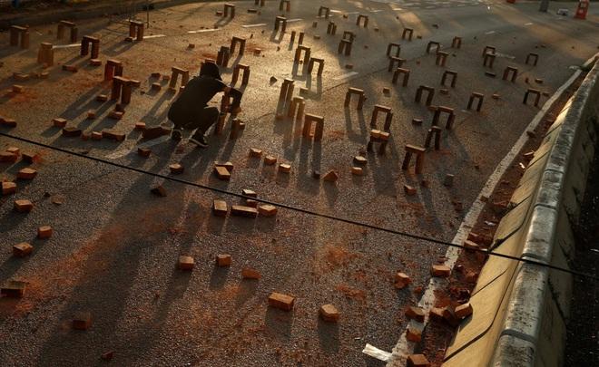 24h qua ảnh: Sinh viên Hong Kong xếp gạch trước cổng trường đại học - Ảnh 2.