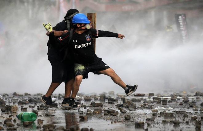 24h qua ảnh: Sinh viên Hong Kong xếp gạch trước cổng trường đại học - Ảnh 10.