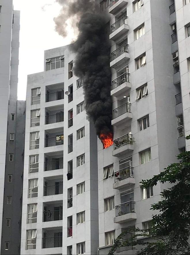 Hà Nội: Cháy chung cư, cột khói đen bốc lên cuồn cuộn, người dân hoảng loạn - Ảnh 2.