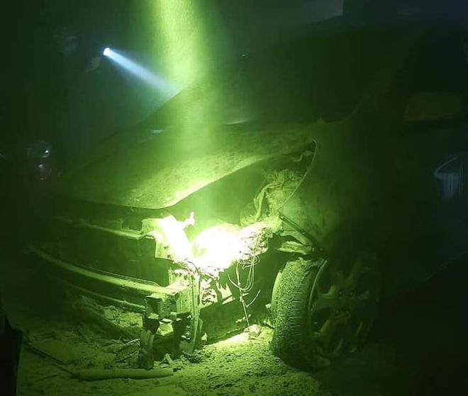 Xe để trong tầng hầm chung cư bốc cháy dữ dội, nhiều hộ dân hoảng sợ bỏ chạy ra ngoài - Ảnh 4.