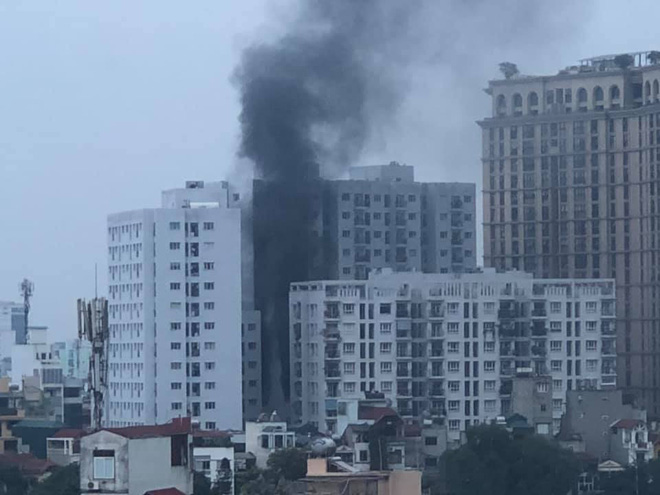 Hà Nội: Cháy chung cư, cột khói đen bốc lên cuồn cuộn, người dân hoảng loạn - Ảnh 3.