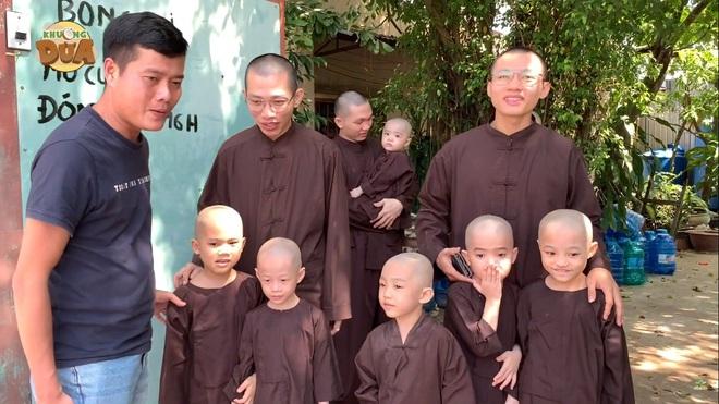 Phó GĐ Điền Quân Khương Dừa về tận chùa mời 5 chú tiểu quay lại thi Thách thức danh hài - Ảnh 1.