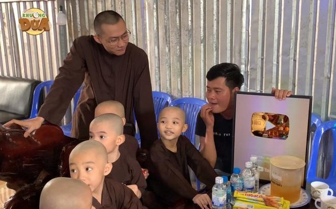 Phó GĐ Điền Quân Khương Dừa về tận chùa mời 5 chú tiểu quay lại thi Thách thức danh hài