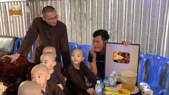 Phó GĐ Điền Quân Khương Dừa về tận chùa mời 5 chú tiểu quay lại thi Thách thức danh hài - Ảnh 3.