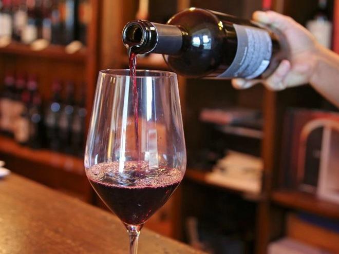Uống 1 ly rượu vang mỗi ngày lợi hay hại? - Ảnh 1.