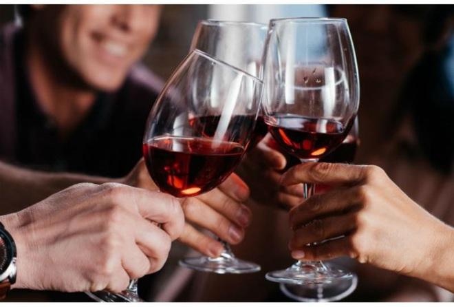 Uống 1 ly rượu vang mỗi ngày lợi hay hại? - Ảnh 2.