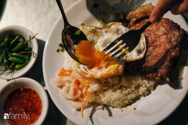 """Hàng """"cơm tấm... bãi rác"""", giá không hề rẻ nhưng sau bao năm vẫn luôn là bà hoàng cơm tấm đêm nức tiếng khắp Sài Gòn - Ảnh 5."""