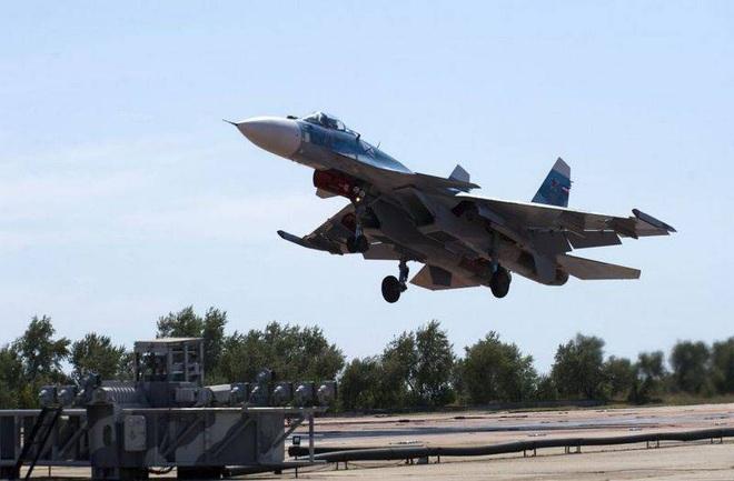 Phi công hải quân Nga buộc phải luyện tập trên... tàu sân bay hỏng? - ảnh 6