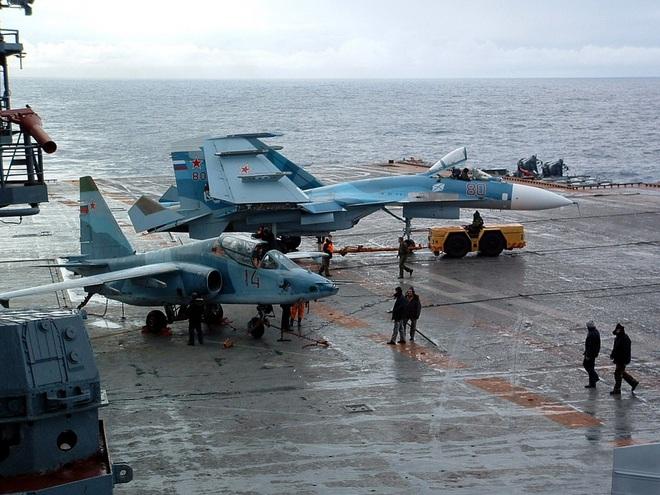 Phi công hải quân Nga buộc phải luyện tập trên... tàu sân bay hỏng? - ảnh 10