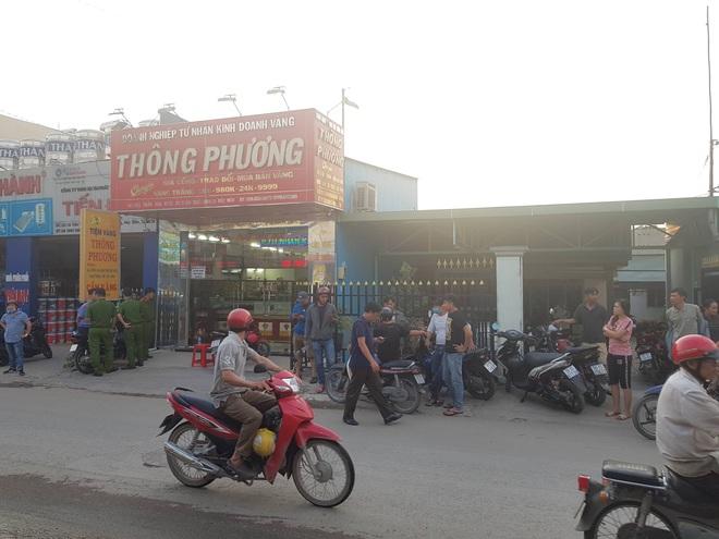 Truy bắt hai thanh niên bịt mặt nổ súng nghi cướp tiệm vàng ở vùng ven Sài Gòn - Ảnh 1.