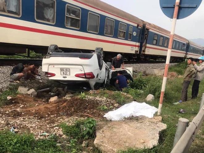 Tàu hỏa đâm lật xe con, nữ tài xế ở Nghệ An thiệt mạng trong xe - ảnh 1