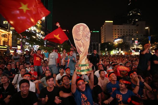 Cờ bay phần phật, mẹ Tiến Linh khóc òa và Sài thành vỡ òa niềm vui mang tên World Cup - Ảnh 3.