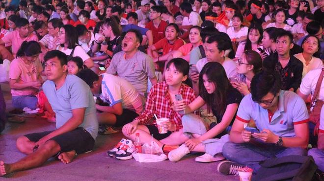Việt Nam hạ gục UAE: Những cổ động viên không đi bão ở lại nhặt rác - Ảnh 2.