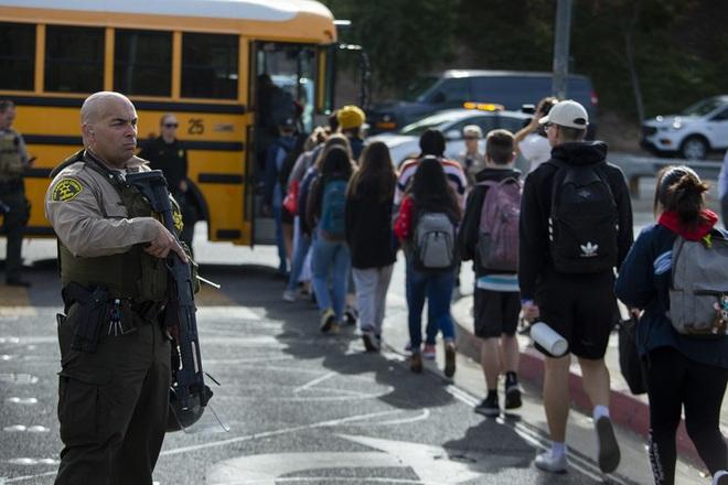 Nam sinh 16 tuổi xả súng, bắn chết hai bạn học ở California - Ảnh 1.