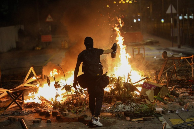 Hồng Kông hóa chiến địa: Người biểu tình cấm đường, phục kích, trường học thành trại tập huấn bắn cung, ném bom - ảnh 2
