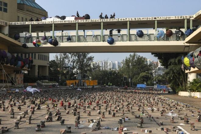 Hồng Kông hóa chiến địa: Người biểu tình cấm đường, phục kích, trường học thành trại tập huấn bắn cung, ném bom - ảnh 3
