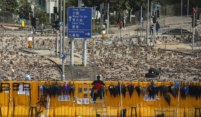 Hồng Kông hóa chiến địa: Người biểu tình cấm đường, phục kích, trường học thành trại tập huấn bắn cung, ném bom - ảnh 4