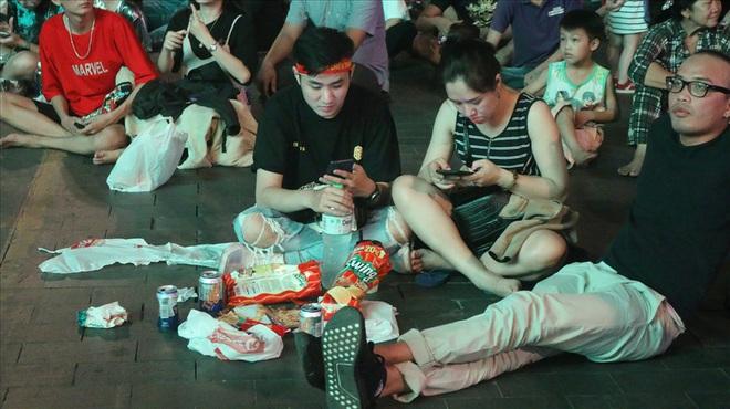 Việt Nam hạ gục UAE: Những cổ động viên không đi bão ở lại nhặt rác - Ảnh 3.