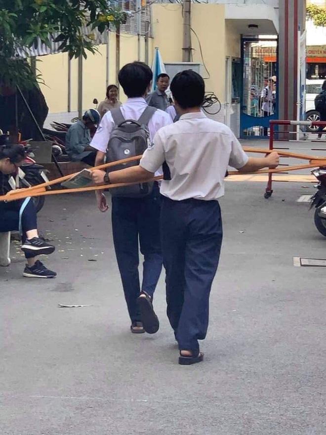 Pha lừa đảo ngoạn mục của cậu học sinh: Sáng còn khập khiễng chống nạng đi học, chiều đã catwalk điệu nghệ như siêu mẫu - Ảnh 2.