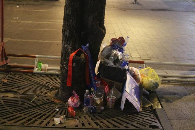Việt Nam hạ gục UAE: Những cổ động viên không đi bão ở lại nhặt rác - Ảnh 5.