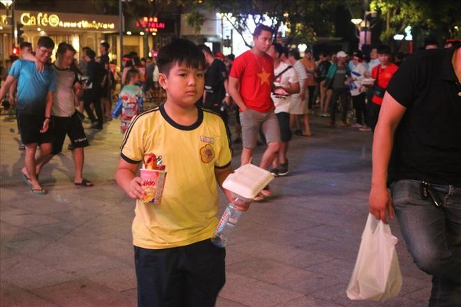 Việt Nam hạ gục UAE: Những cổ động viên không đi bão ở lại nhặt rác - Ảnh 7.