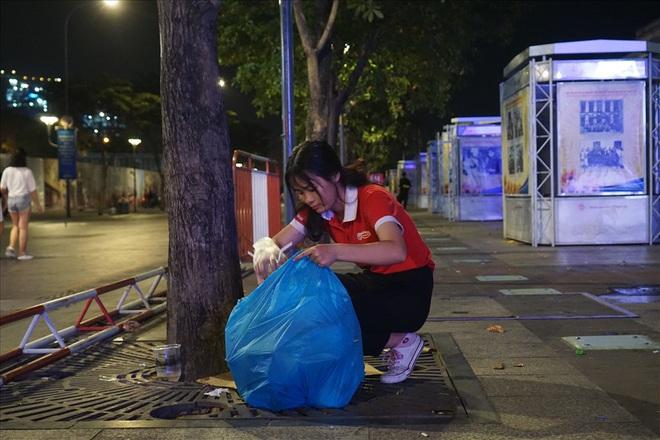 Việt Nam hạ gục UAE: Những cổ động viên không đi bão ở lại nhặt rác - Ảnh 8.