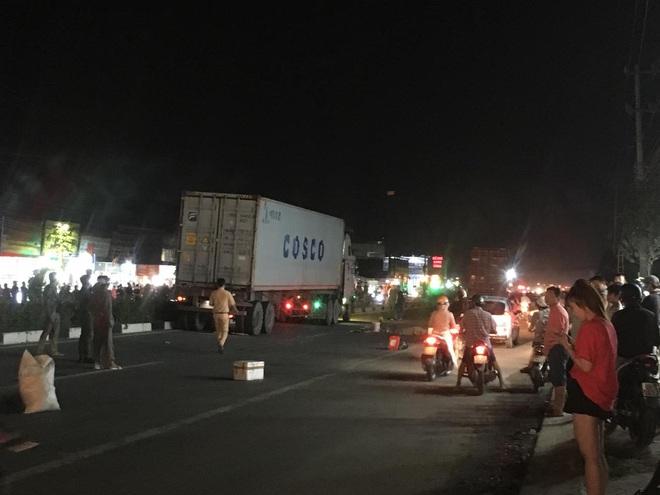 Hàng trăm người bất chấp nguy hiểm, tràn ra đường đứng xem tai nạn chết người - Ảnh 3.