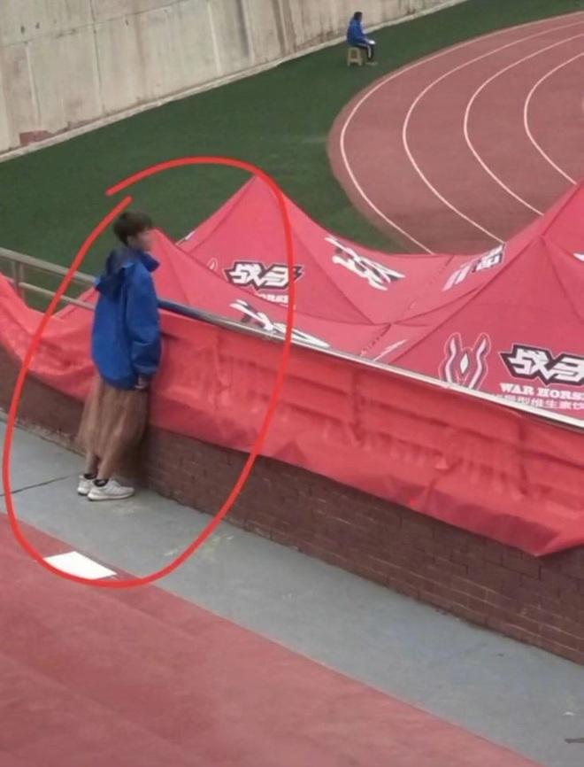 Đi thi chạy nhưng cô gái lại mặc váy, cách giải quyết cuối cùng khiến tất cả bật cười - ảnh 3