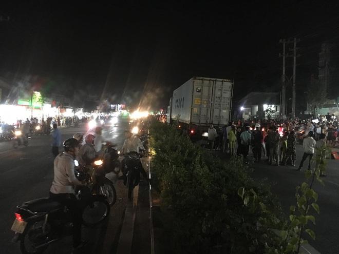 Hàng trăm người bất chấp nguy hiểm, tràn ra đường đứng xem tai nạn chết người - Ảnh 1.