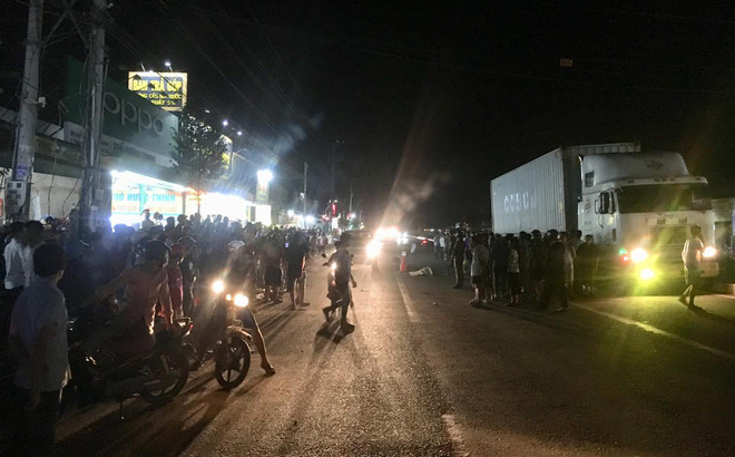 Hàng trăm người bất chấp nguy hiểm, tràn ra đường đứng xem tai nạn chết người