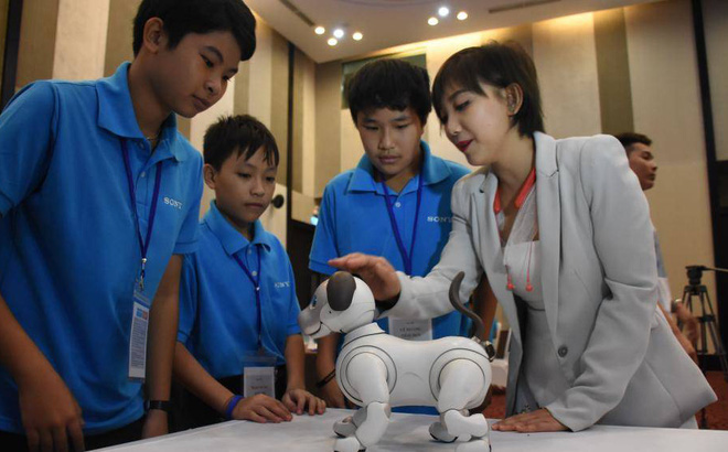 Học sinh Đà Nẵng tìm hiểu khoa học cùng chú chó Robot Aibo