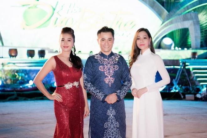 Dàn hoa hậu, á hậu xuất hiện xinh đẹp dự khai mạc Lễ hội Dừa Bến Tre - ảnh 8