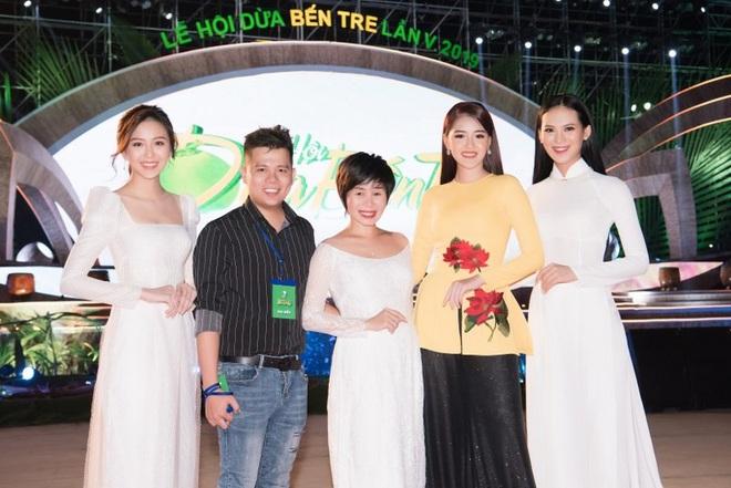 Dàn hoa hậu, á hậu xuất hiện xinh đẹp dự khai mạc Lễ hội Dừa Bến Tre - ảnh 9