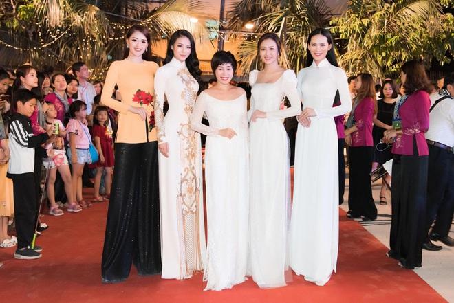 Dàn hoa hậu, á hậu xuất hiện xinh đẹp dự khai mạc Lễ hội Dừa Bến Tre - ảnh 4