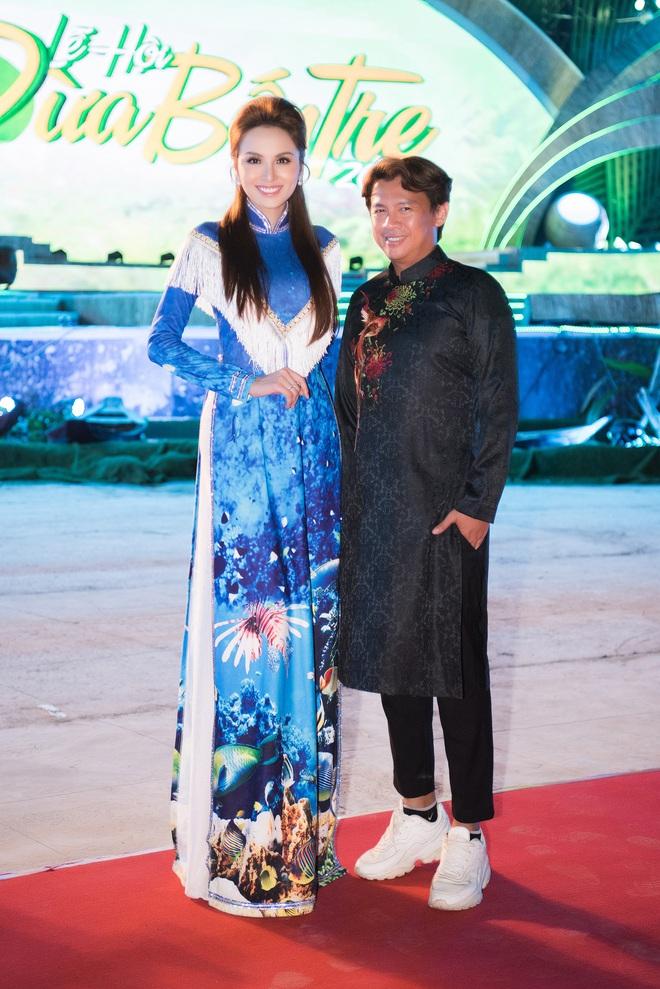 Dàn hoa hậu, á hậu xuất hiện xinh đẹp dự khai mạc Lễ hội Dừa Bến Tre - ảnh 6
