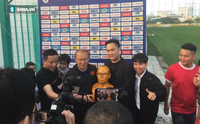 Trước ngày đấu Thái Lan, thầy Park xúc động mạnh khi nhận món quà bất ngờ từ CĐV Việt Nam