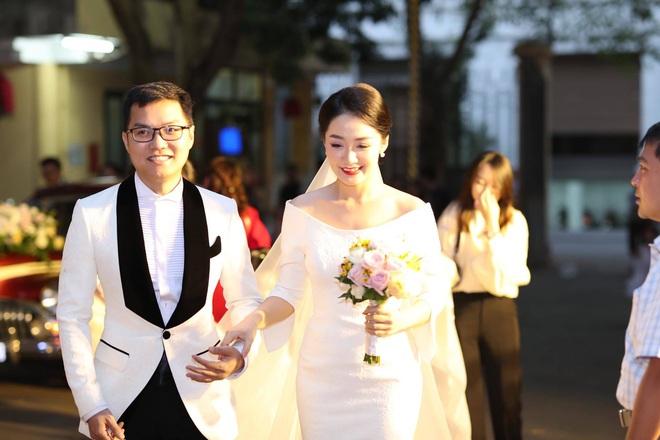 BTV Thời sự Thu Hà nồng nàn hôn chồng điển trai trong lễ cưới - ảnh 1