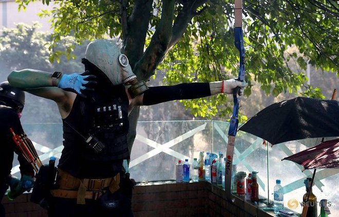 Cảnh sát Hong Kong trúng tên của người biểu tình - ảnh 2