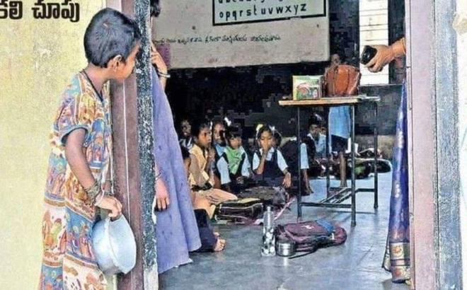 Bé gái cầm bát cơm nhìn lén vào lớp được nhận học nhưng phản ứng của bố mẹ lại gây bất ngờ